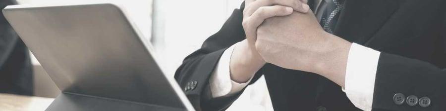 Un CEO prend connaissance des sept ratios financiers indispensables à son analyse financière