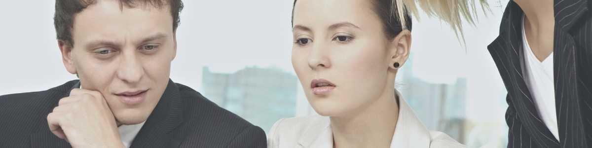 Une CEO partage les conclusions de son analyse financière avec son équipe de managers l