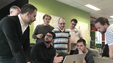 Une partie de l'équipe technique occupée à parler du futur design de la plateforme avec notre UI/UX designer