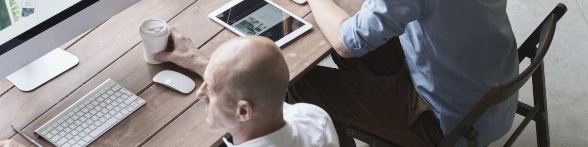 Deux CFOs travaillent depuis leur bureau