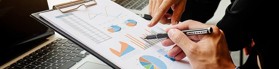 Un CFO analyse des données avec son CEO