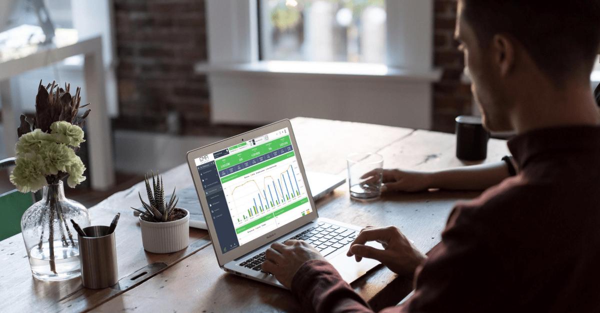 Homme financier travaillant sur EMAsphere sur son ordinateur