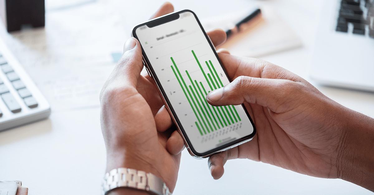 CFO vérifiant ses résultats sur son application smartphone de reporting