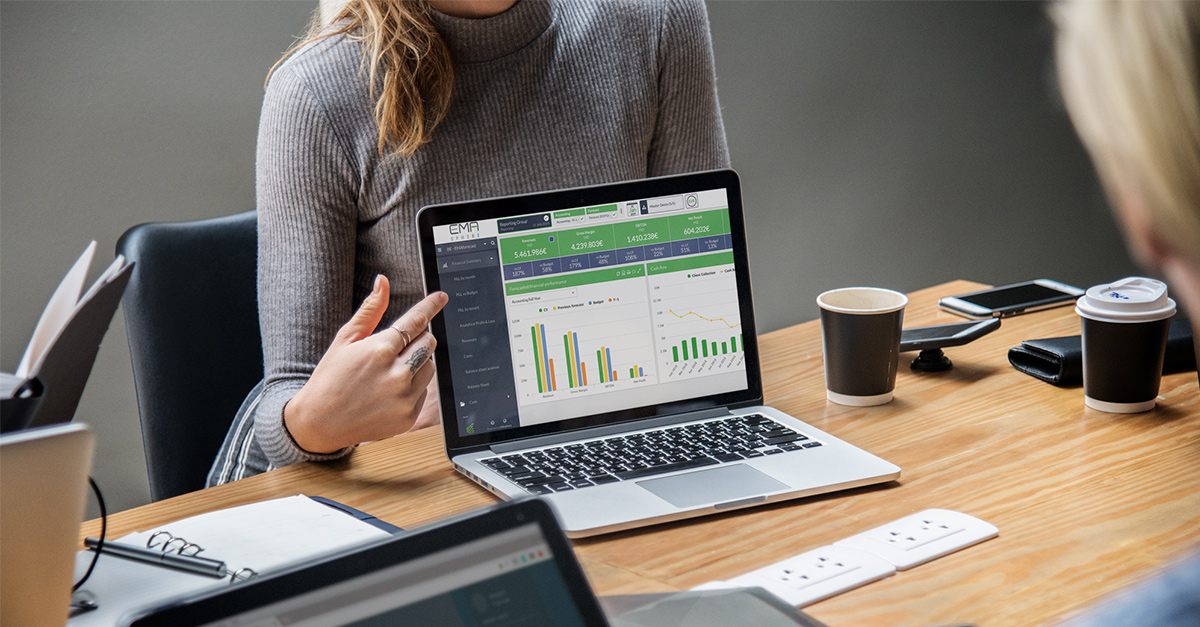 CFO-montrant-les-résultats-de-son-entreprise-via-EMAsphere-sur-son-ordinateur