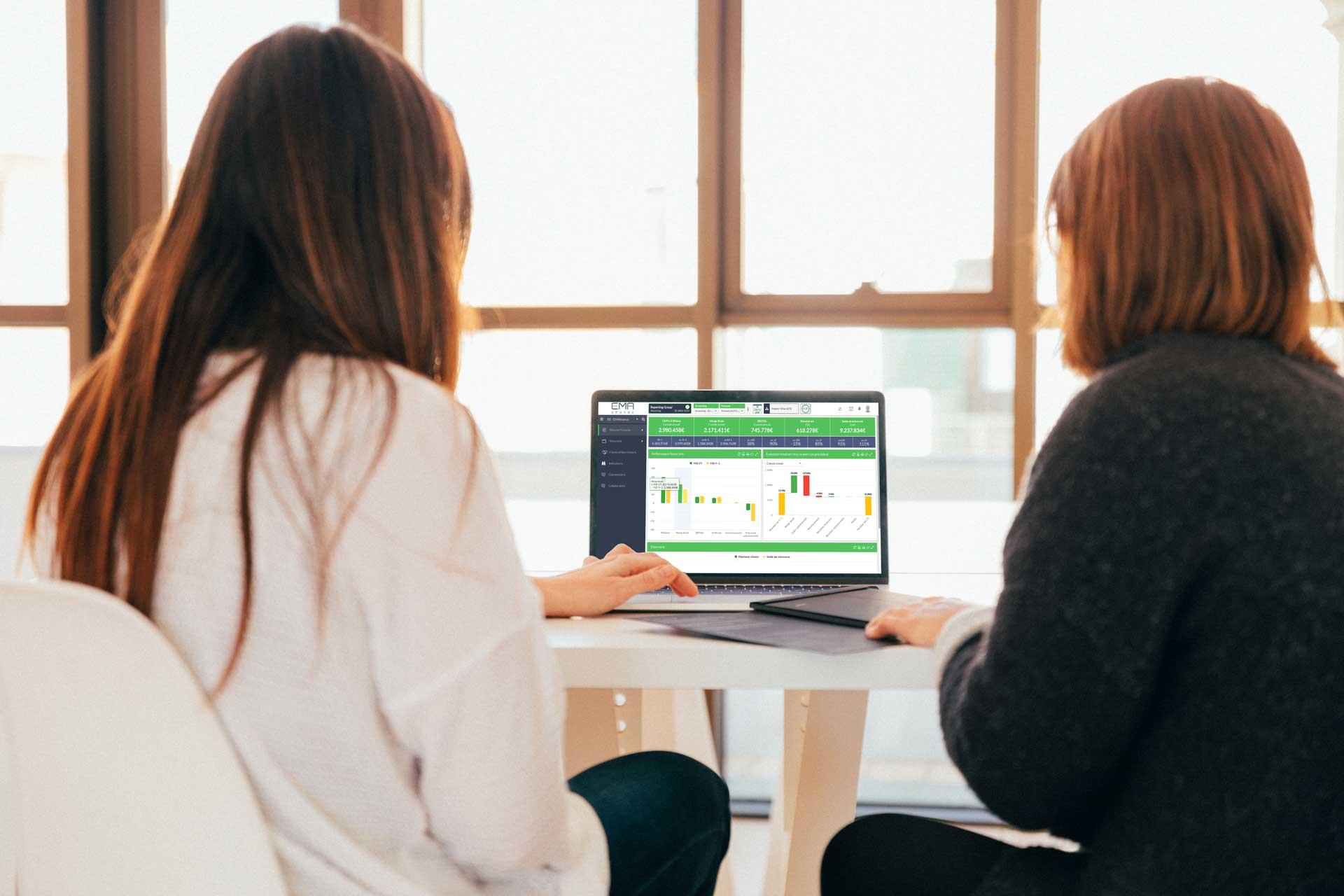 Femmes travaillant sur EMAsphere