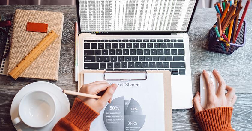 CFO en train de réaliser son reporting sur Excel